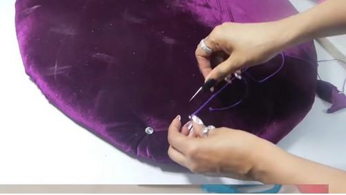Мастерица сделала красивый пуфик из бросового материала