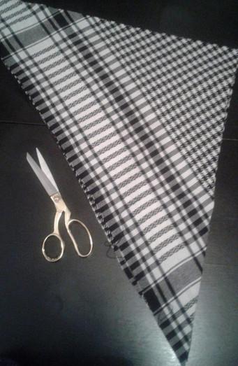 Мастерица достала из шкафа старый черно-белый платок и соединила его концы в кольцо...