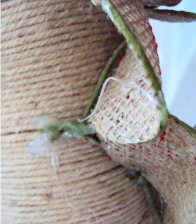 Из мешковины и проволоки получается очень нежный декор...