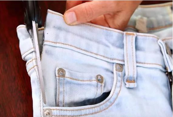 Нужно всего лишь отрезать карман от джинсов... Получится удобная вещь на все времена!
