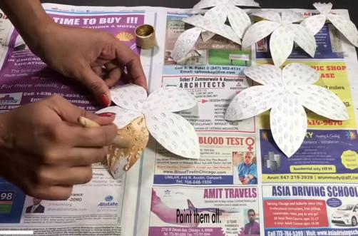 Мастерица разрезала бумагу на лепестки, чтобы сделать необычный настенный декор...