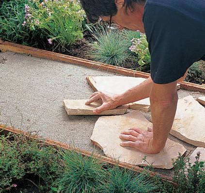 Из гравия, камней и пленки мужчина сделал впечатляющую конструкцию для участка…