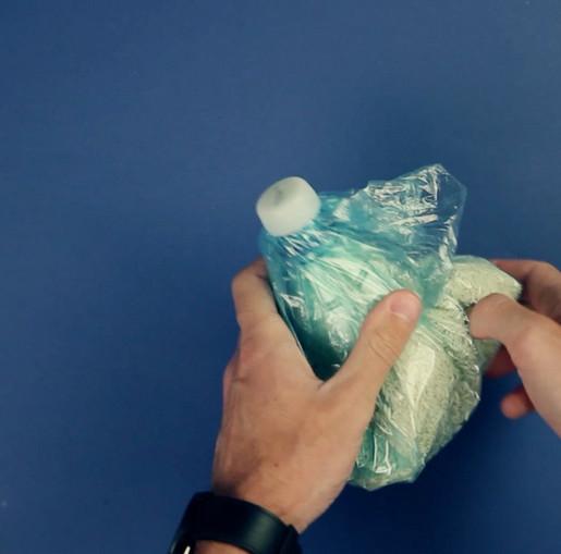 Прижимаем пластиковую бутылку к утюгу. Теперь на кухне - полный порядок.