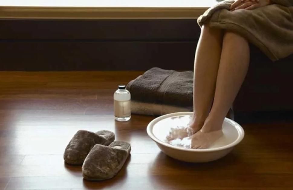 Japanische Technik: Tauchen Sie Ihre Füße in diese Mischung und reinigen Sie den ganzen Körper!